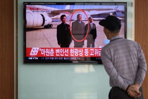 775508-un-sud-coreen-suit-le-13-mai-2015-a-seoul-la-retransmission-televisee-de-l-execution-du-ministre-de-